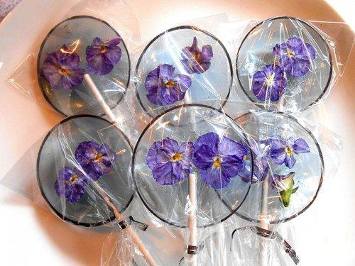 Леденцы на палочке со съедобными цветками (14 фото)