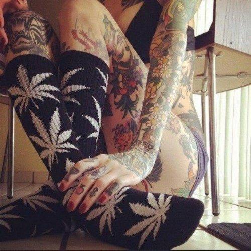 Соблазнительные девушки с татуировками (30 фото)