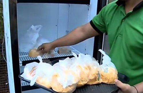 Холодильник возле ресторана с едой для бездомных (6 фото + видео)