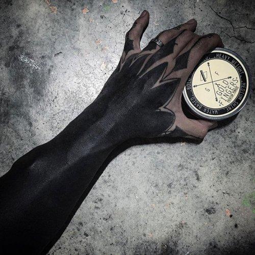 Новый вид кавер-ап тату: полное закрашивание чёрным (9 фото)