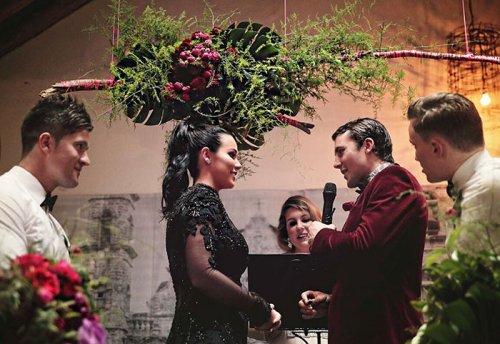 Нарушая традиции, невеста вышла замуж в чёрном платье (12 фото)