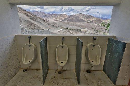 Туалеты, расположенные в самых живописных местах планеты (11 фото)