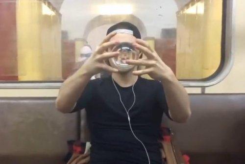 Парень со стеклянными шарами в метро
