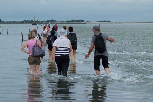 Пассаж дю Гуа: дорога авантюристов, которая два раза в день уходит под воду (8 фото)