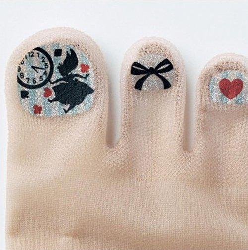 Шлюхи в чулках с накрашенными ногтями на ногах 17 фотография
