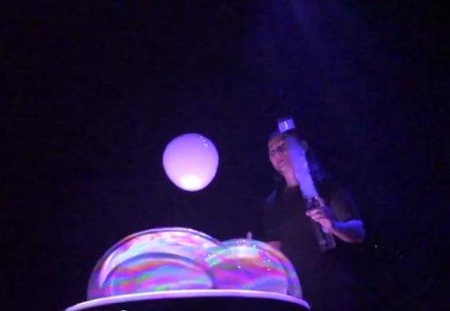 Потрясающее шоу мыльных пузырей в исполнении Аны Янг