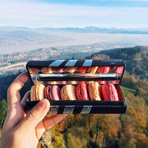 Девушка фотографирует сладости, которые пробует во время путешествий (15 фото)