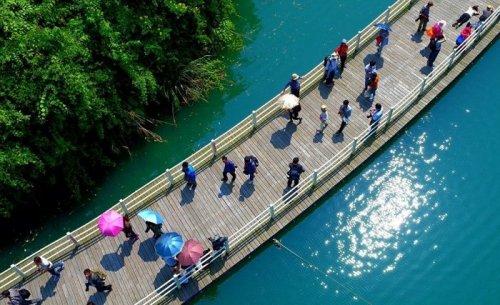 Необычная прогулочная аллея в Китае, построенная по течению реки (7 фото)