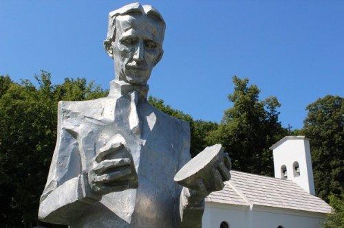 Топ-25: Странные и необычные статуи знаменитостей