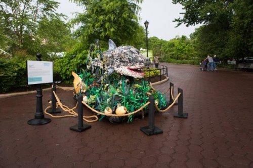 Скульптуры животных, сделанные из мусора, выловленного в Мировом океане (14 фото)
