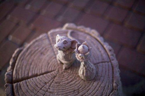 Невероятно детализированная песчаная скульптура слона, играющего с мышкой в шахматы (8 фото)