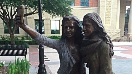 В Техасе установили памятник любителям селфи (3 фото)