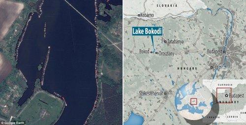 Необычная деревня на сваях на венгерском озере (12 фото)