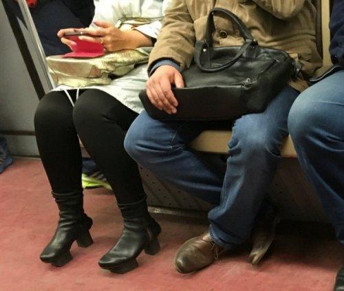 Модники и модницы в метро (16 фото)
