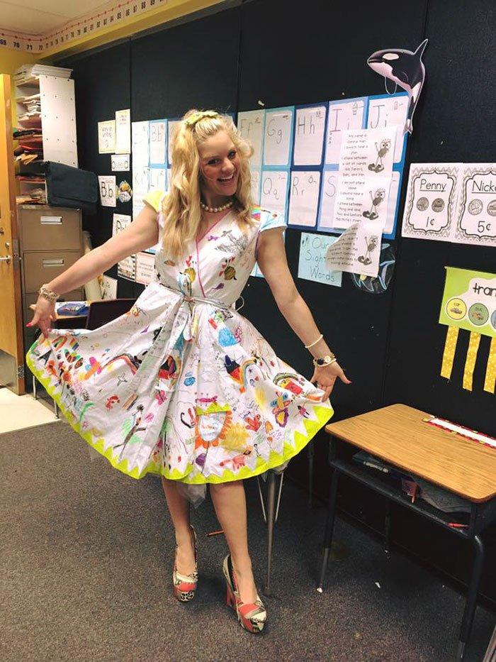 Учительница в белом платье