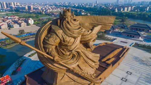 Гигантский памятник Богу Войны в Китае (7 фото)
