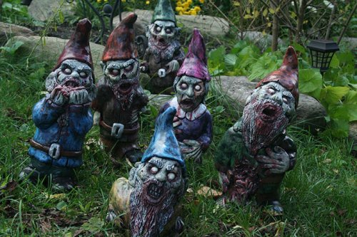 Садовые гномики-зомби, которые защитят от непрошенных гостей (9 фото)