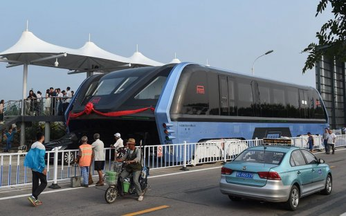 В Китае провели испытания автобуса-тоннеля (5 фото + видео)