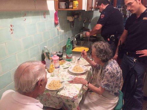 Полицейские приготовили ужин престарелым супругам, почувствовавшим себя одинокими (2 фото)