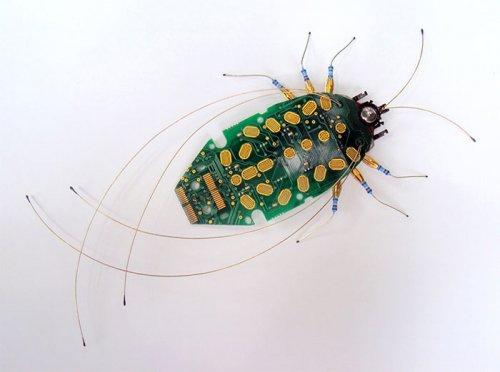 Скульптуры насекомых из компьютерных деталей (10 фото)