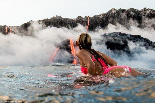 Элисон Тил стала первым человеком, проплывшим на доске для сёрфинга вокруг извергающегося вулкана (12 фото)