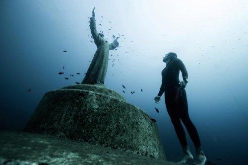 Удивительные статуи, которые можно увидеть только под водой (10 фото)