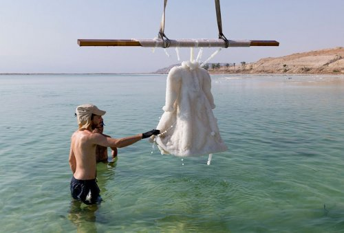 Как выглядит платье, на 2 года погружённое в Мёртвое море (8 фото)