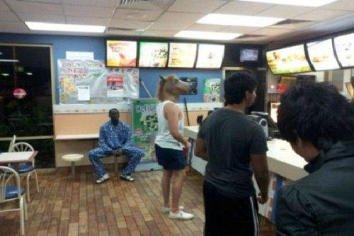 Всё самое странное происходит в McDonald's (20 фото)