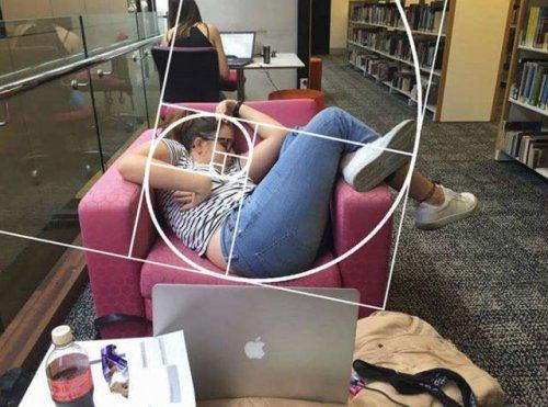 Уснувшая студентка и фотожабы на неё (19 фото)