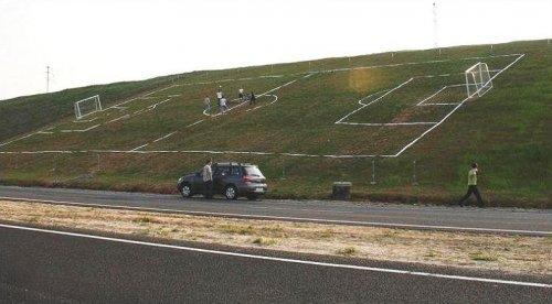 Футбольное поле можно увидеть в любом месте (17 фото)