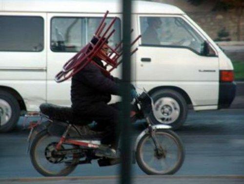Нелепые и смешные грузы, перевозимые на мотоциклах (23 фото)