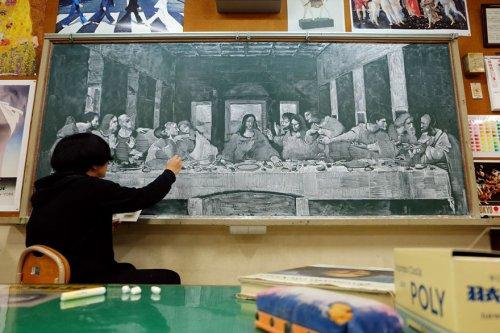 Художественные шедевры на доске от учителя рисования (9 фото)