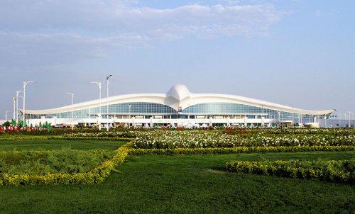Уникальный аэропорт в Ашхабаде в форме сокола (4 фото)