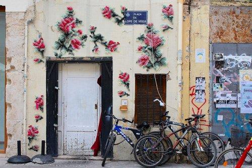 Вышитые крестиком цветочные узоры на испанских улицах (10 фото)