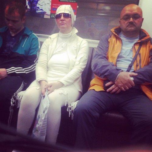 Модники и модницы в метро (18 фото)
