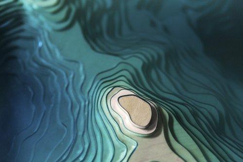 Завораживающий стол из стекла и дерева, вдохновлённый океаном (9 фото)