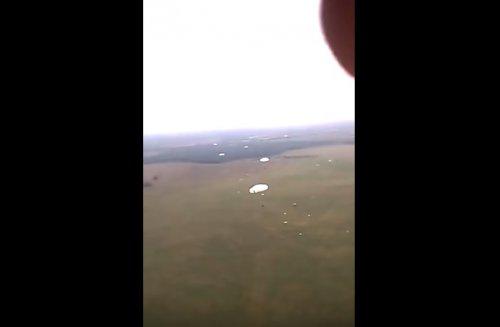 Весёлый десантник во время прыжка с парашютом