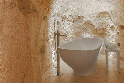Необычный отель в Италии, высеченный в скале (16 фото)