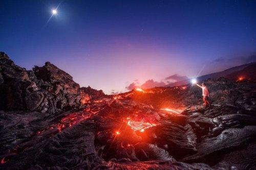 Млечный путь над раскалённой лавой (2 фото)