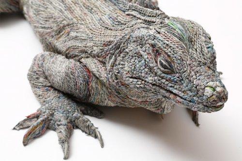 Японская художница Чие Хитоцуяма делает скульптуры животных из газет (16 фото)