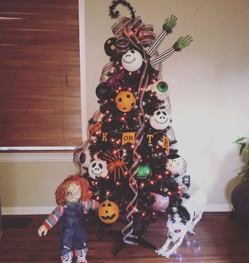 Новый праздничный тренд: ёлка на Хэллоуин (23 фото)