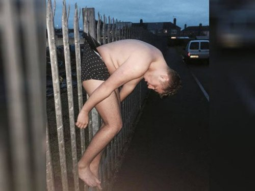 Пьяный на заборе и фотожабы на него (14 фото)