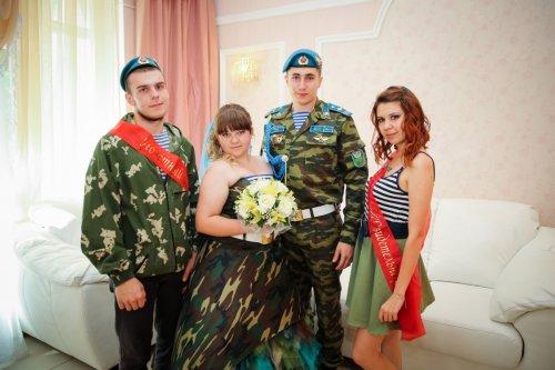 Омичка в день ВДВ вышла замуж в камуфляжном платье (4 фото)