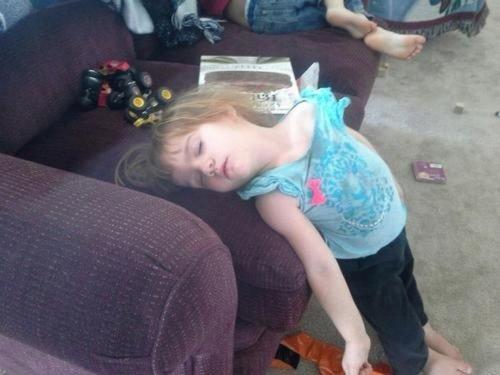 Дети, которые могут заснуть везде (16 фото)