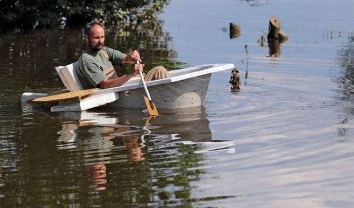 мужик на лодке с ложками гребет