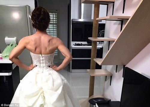 Фанатка фитнеса подтянулась на перекладине в свадебном платье (9 фото + видео)