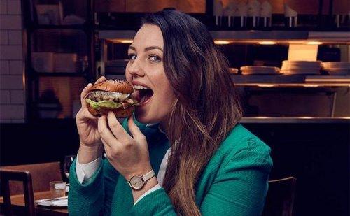 Девушка, которая зарабатывает тем, что ужинает в ресторанах (5 фото)