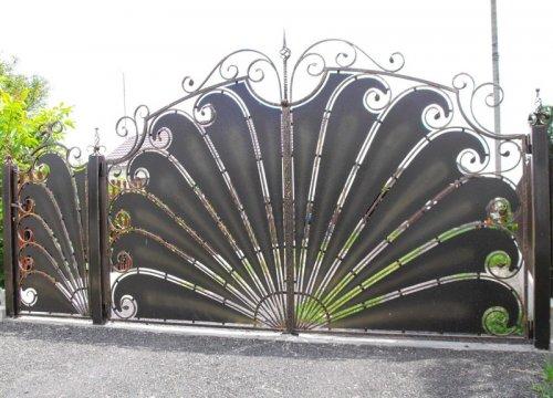 Оригинальные и красивые калитки и ворота (25 фото)