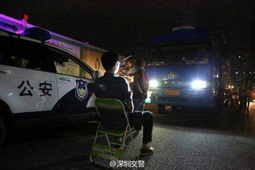 В Китае полицейские пытают водителей светом (6 фото)
