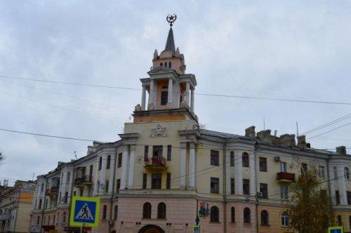 В Воронеже вандалы раскрасили звезду в Губку Боба (3 фото)